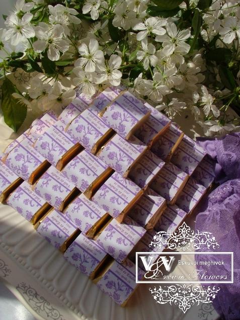 Csokoládé köszönetajándék lila rózsa mintával - Csokikocka vendégaándék a gazdaságos lagzihoz