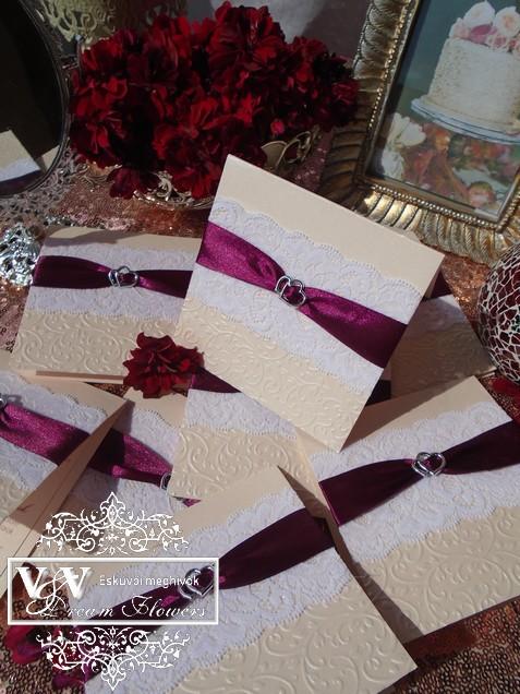 Barack színű fehér csipkés  esküvői meghívó burgundi szalaggal szivecskékkel