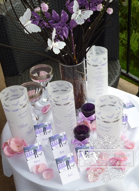 Lila pillangós esküvői menükártya és romantikus ültetőkártya