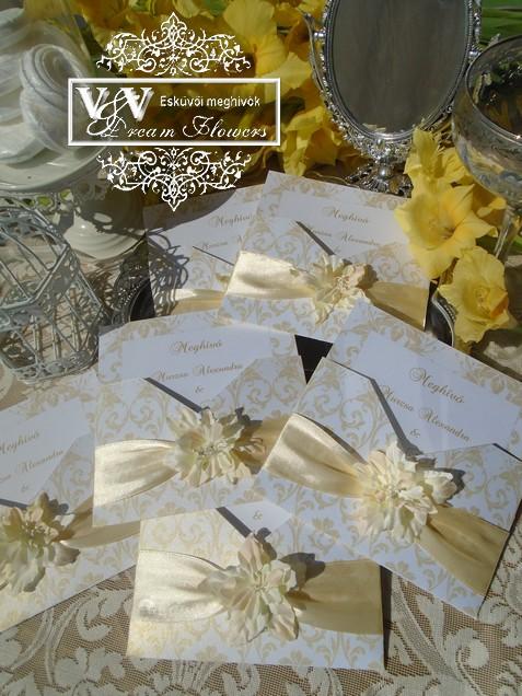 Ekrü színű dísztokos esküvői meghívó selyem virággal