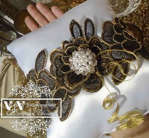 Esküvői gyűrűpárna arany-csokibanra rózsával és brossal