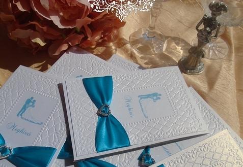 Türkiz esküvői meghívó csillogó strasszos szivecskével