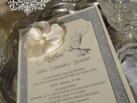 Csillogó eskrü színű galambos esküvői meghívók