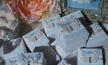 Dobozos esküvői meghívó pillangóval és csipkével