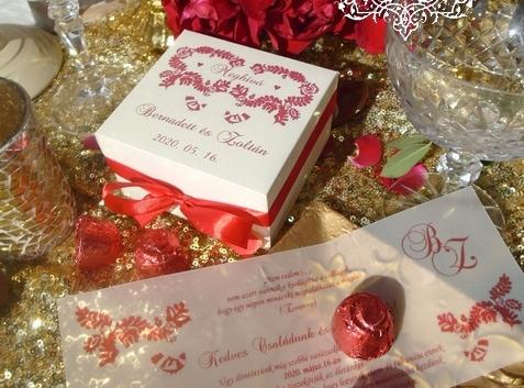 Dobozos esküvői meghívó magyar népmese mintával és bonbonnal