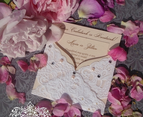 Csipkés esküvői meghívó gyöngyös-strsszos díszítéssel