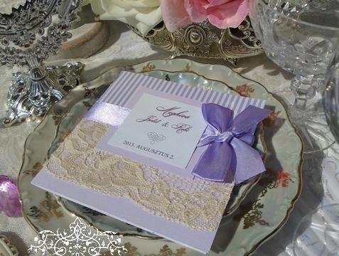 Csipkés esküvői meghívó levendulalila színben
