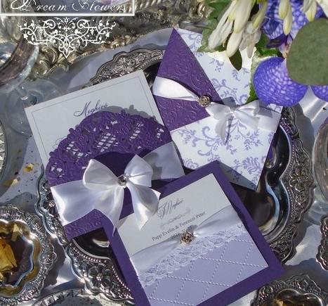Lila esküvői meghívók romantikus stílusban