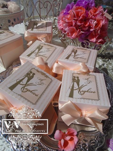 Barack színű esküvői dobozos meghívó arany gyűrűvel