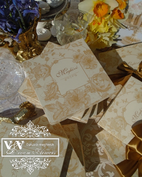 Dobozos meghívó arany rózsákkal és gyűrűkkel