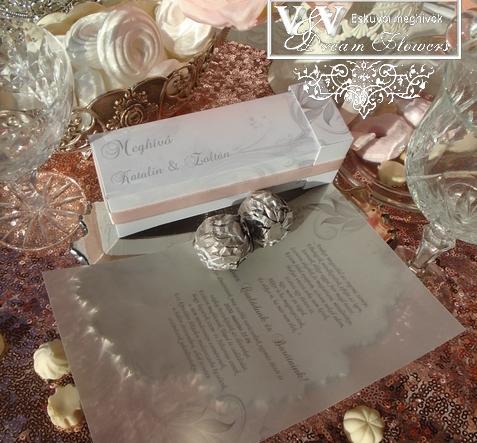 Dobozos esküvői meghívó bonbonnal és halvány ezüst mintával