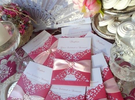 Dobozos esküvői meghívó barack szalaggal és fotóval