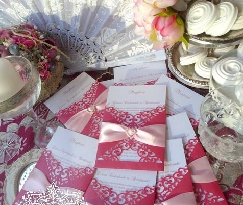 Esküvői meghívó magenta színben szivecskés kristályos dísszel