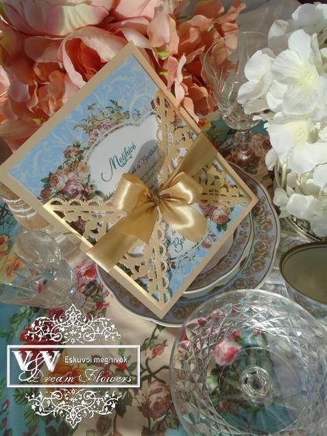 Lézervágott esküvői meghívó kék és pezsgő színben rózsákkal