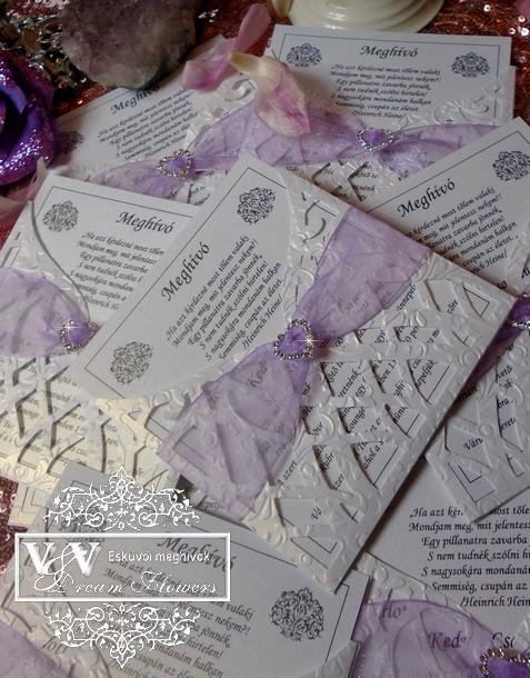 Ametiszt lila organza szalaggal díszített lézervágott esküvői meghívó
