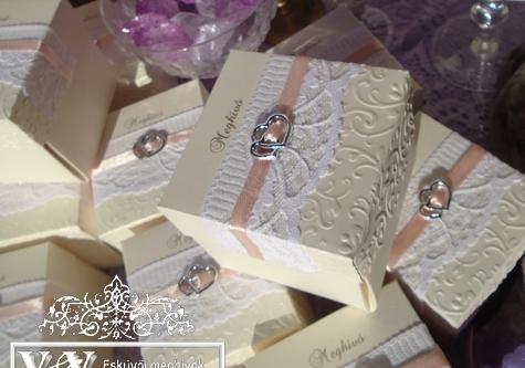 Dobozos esküvői meghívó barack szalaggal és szívecske párral
