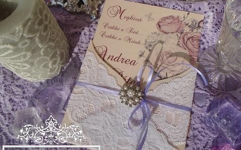 Esküvői meghívó lila rózsákkal - Luxus esküvői meghívó bross  dísszel
