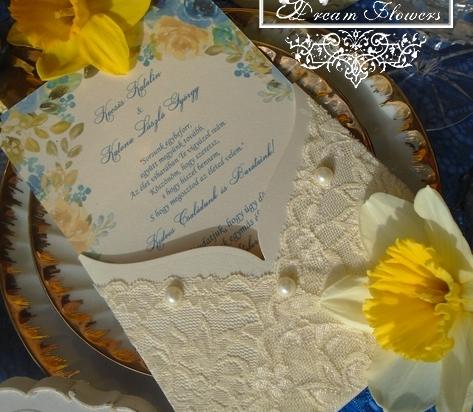 Krém csipkés esküvői meghívó gyöngyökkel