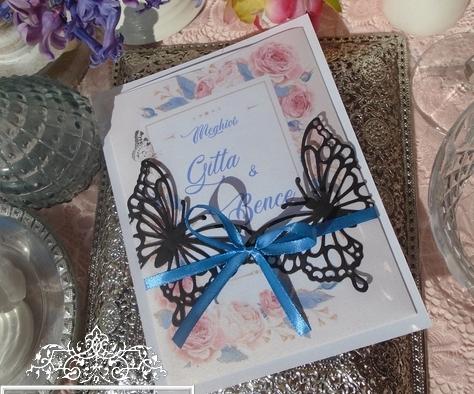 Esküvői meghívó égkék szalaggal és pillangókkal