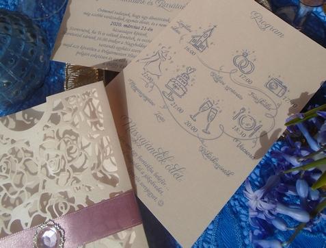 Esküvői program a meghívóban - Cuki szimbólumos dísztokos meghívó barack-kék-mályva színben