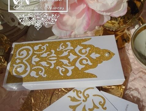 Dobozos meghívó csillogó arany glitteres díszítéssel.