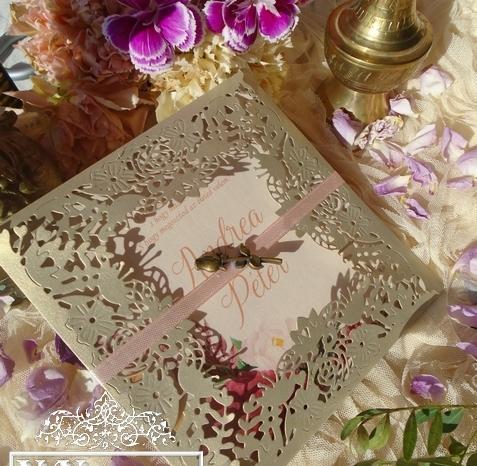 Óarany lézervágott esküvői meghívó választható fém medállal