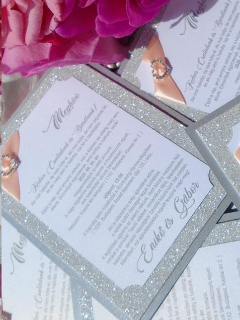 Csillogó  esküvői meghívó barack szalaggal és strasszos szivecskével