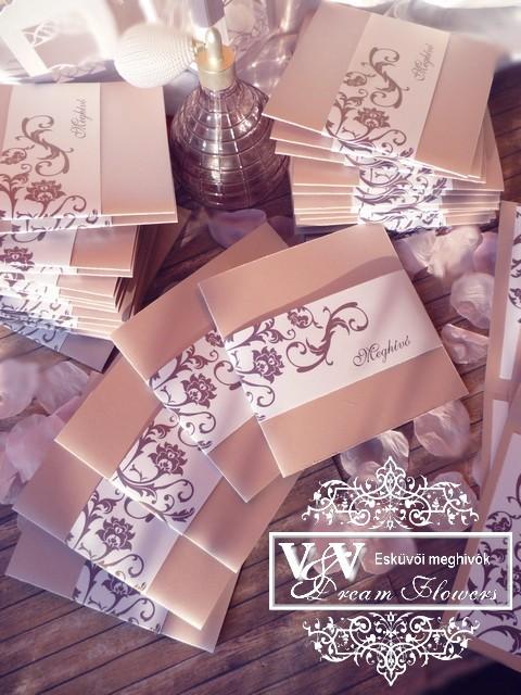 Nude színű esküvői meghívó barna inda mintával